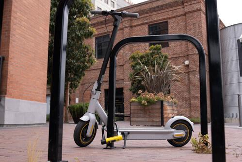 Зафиксируйте электросамокат на постоянном приспособлении, например, на стойке для велосипеда.